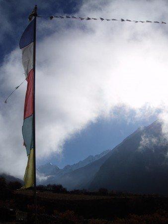 Trek dans le Langtang   Jour 3 : Bamboo   Langtang drapeaux prieres langtang 338x450