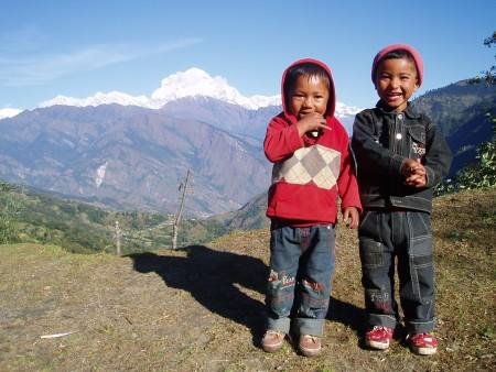 Tour des Annapurnas : Sikha   Chitre   Ghorepani enfants nepalais dhaulagiri nepal 450x338