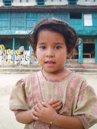 Tour des Annapurnas : Bhulbule   Bahundanda   Syanje enfant nepalais tour des annapurnas nepal 338x450